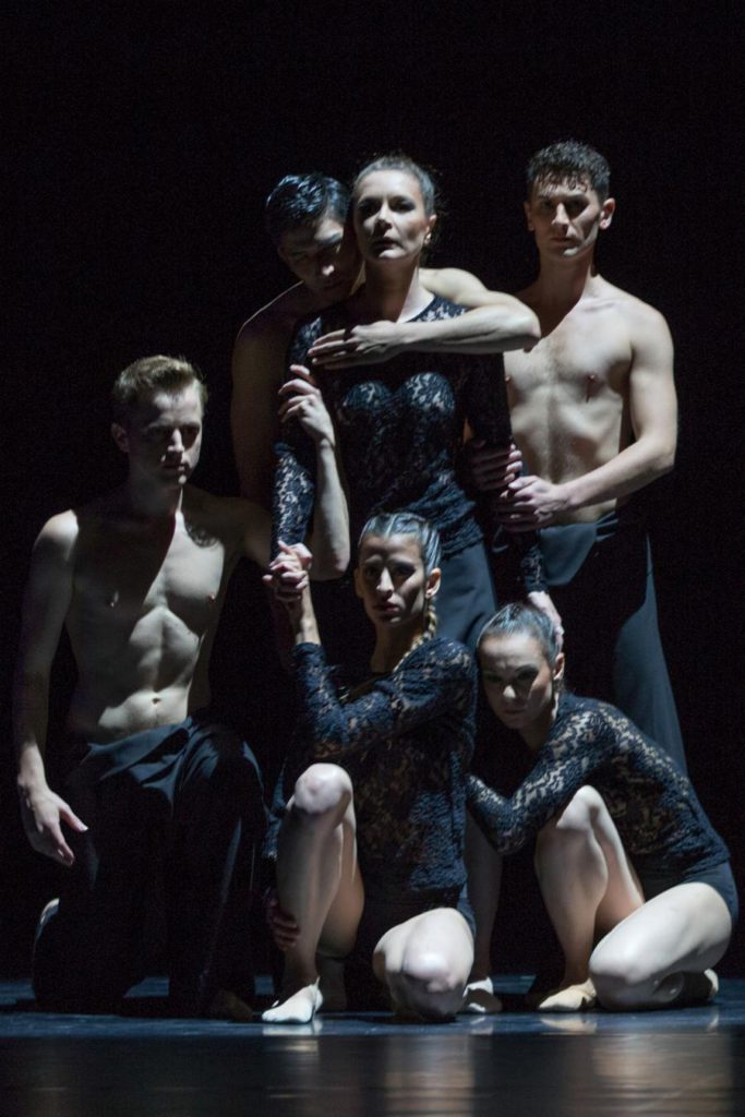 "6. A.Stashak, T.Nakanome, C.Andriot, N.Magalhães, M.Dias and B.Narnhammer, ""Fourmis"" by S.Locsin, Ballett am Rhein © G.Weigelt"