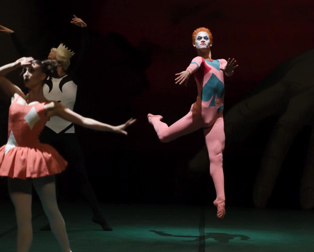 "12. J.Fyfe, A.Soares da Silva and ensemble, ""Jeu de Cartes"" by J.Cranko, Stuttgart Ballet 2017 © Stuttgart Ballet"