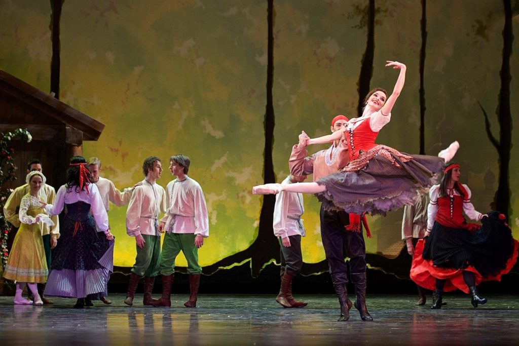 "4. M.Wenzelová, G.Rotolo and ensemble, ""The Snow Queen"" by M.Corder, Czech National Ballet © D.Wharton"