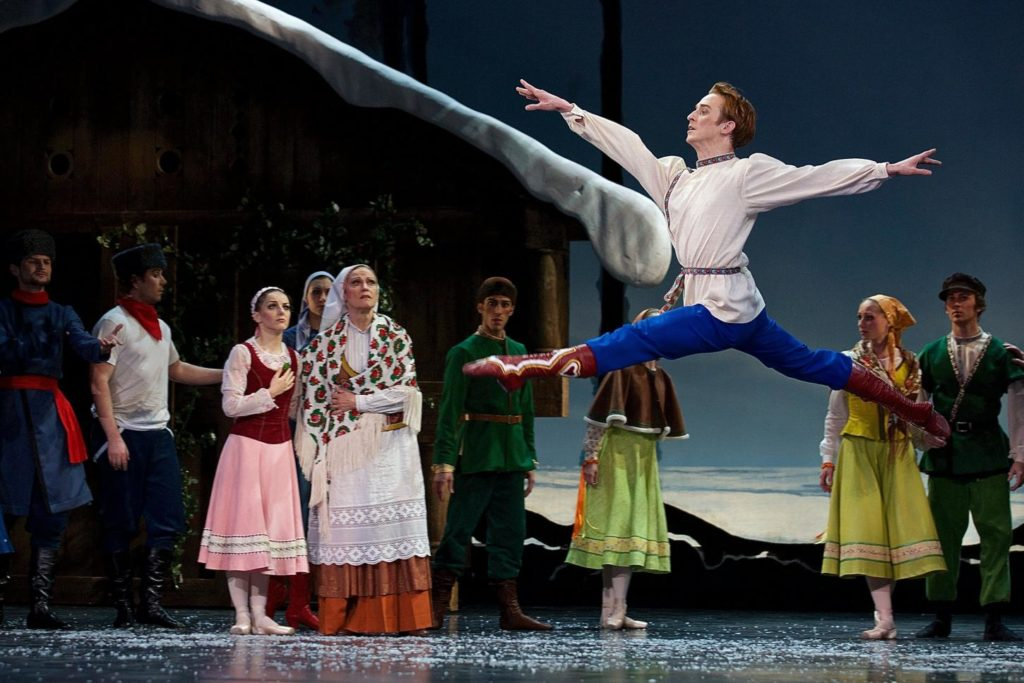 "3. M.Šust and ensemble, ""The Snow Queen"" by M.Corder, Czech National Ballet © D.Wharton"