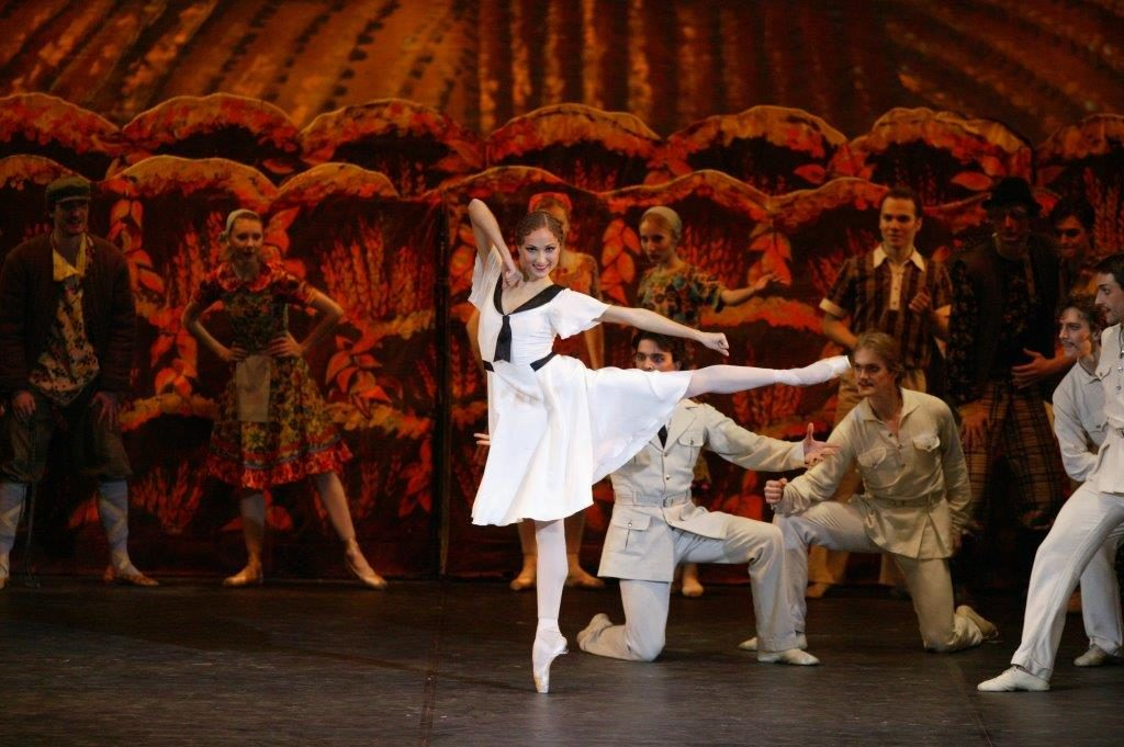 "3. E.Shipulina and ensemble, ""The Bright Stream"" by A.Ratmansky, Bolshoi Ballet © Bolshoi Theatre / D.Yusupov"
