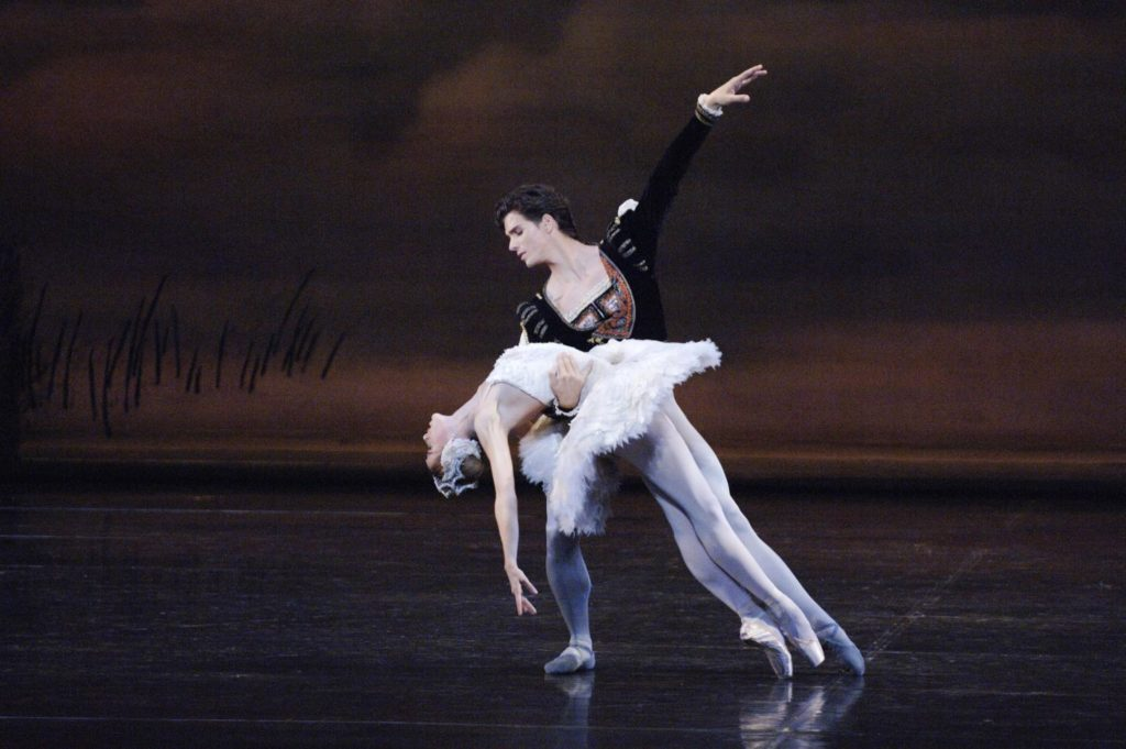 "11. G.Côté and H.Ogden, ""Swan Lake"" by J.Kudelka, The National Ballet of Canada 2005 © The National Ballet of Canada / D.Cooper"