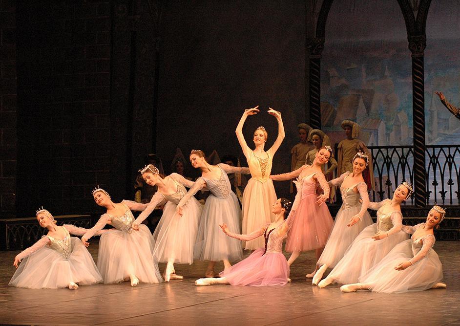 "4. Ensemble, ""La Esmeralda"" by V. Burmeister, Stanislavsky and Nemirovich-Danchenko Moscow Music Theatre 2019 © V. Lapin"