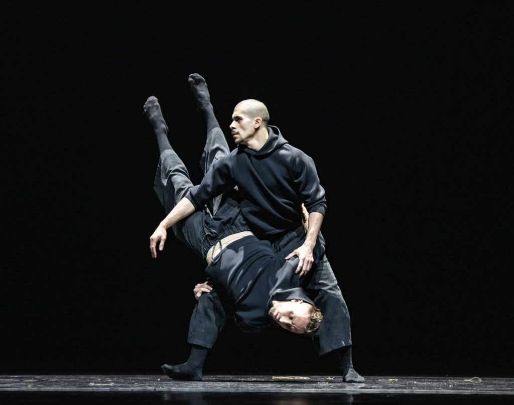 "1. E.Nunes and L.Axel, ""Indoor"" by L.Axel, Ballet of the State Theater Nuremberg 2021 © B.Stöß"