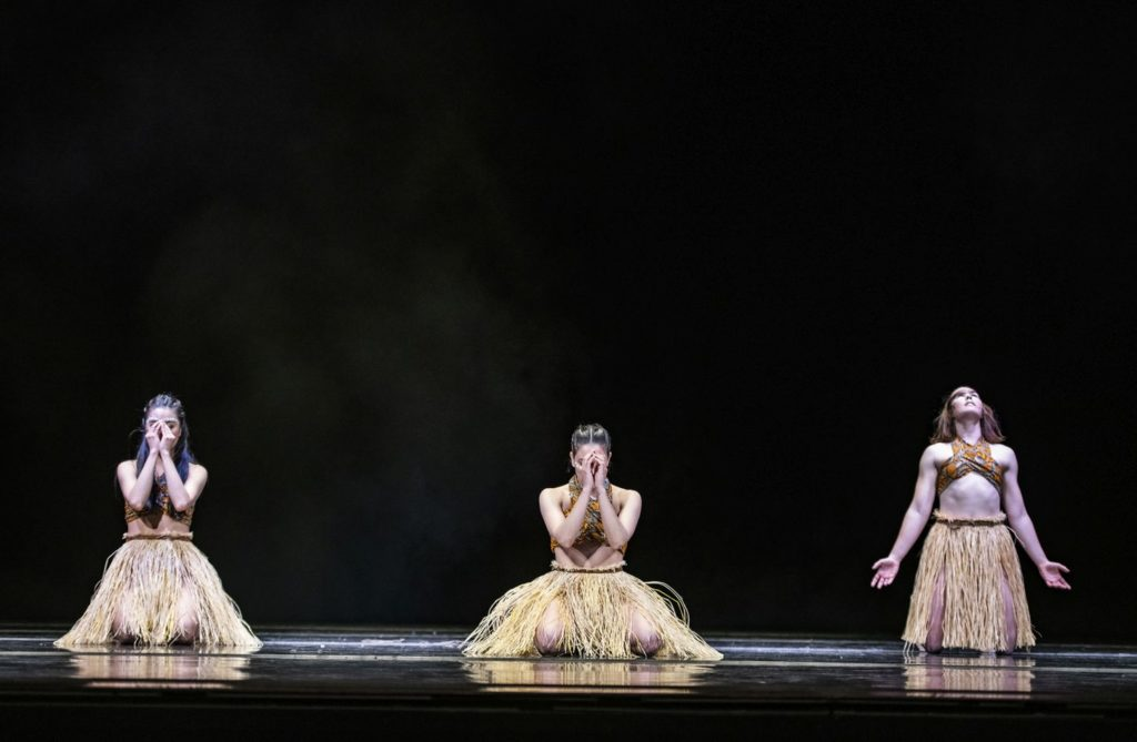 "6. N.Sasaki, K.Mesquita, and K.Gee, ""Matumaini"" by S.-L.Chapman, Ballet of the State Theater Nuremberg 2021 © B.Stöß"