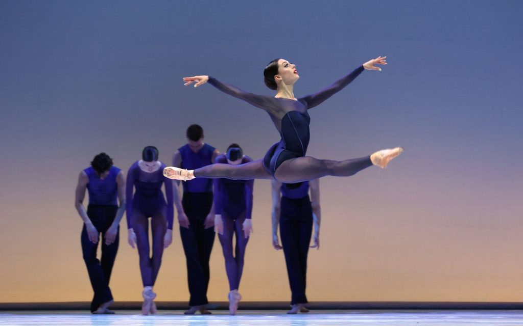 "4. W.Wijkstra (front), M.Kumar, L.Rosillo, B.Stoop, S.Quintyn, and D.Bai, ""Memento"" by W.Kuindersma, Dutch National Ballet 2021 © H.Gerritsen"