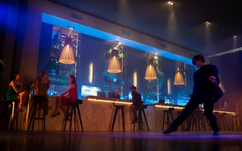 "10. B.Erlandson (Guy entering the bar), L.Rosillo Ramirez, E.Tonev, D.Bai (three guests), R.Catalan (Bartender), and B.Kuperus (Rose), ""Rose"" by M.Sidorova, Dutch National Ballet 2021 © M.Schnater"