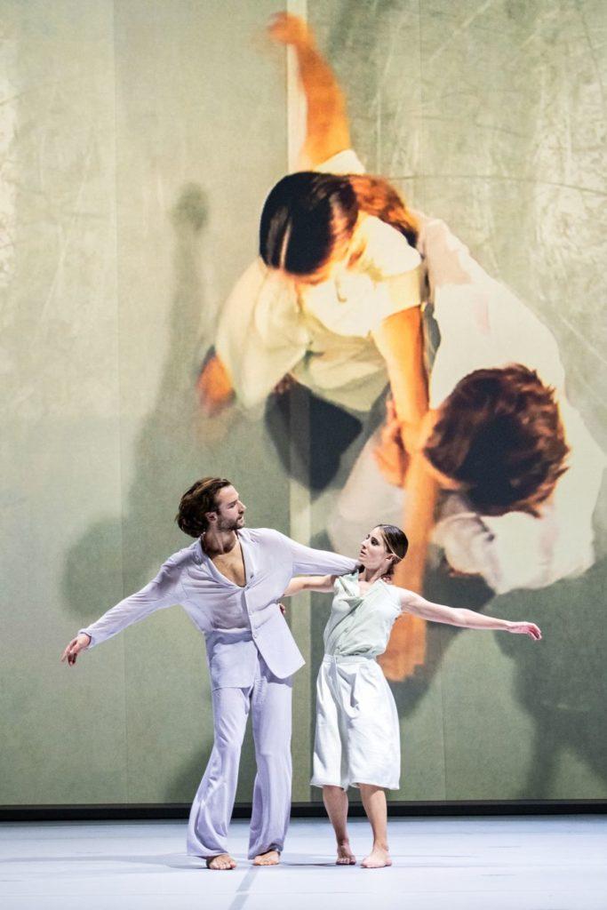 "15. A.Brys und A.Mueals Blanco, ""Oscillation"" by I.Pérez, Dance Theater Heidelberg 2021 © S.Reichardt"