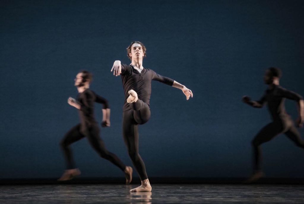 "7. P.Handschin, D.Bonelli, and R.Arts, ""Come In"" by A.Barton, Ballett am Rhein 2021 © B.Stöß"