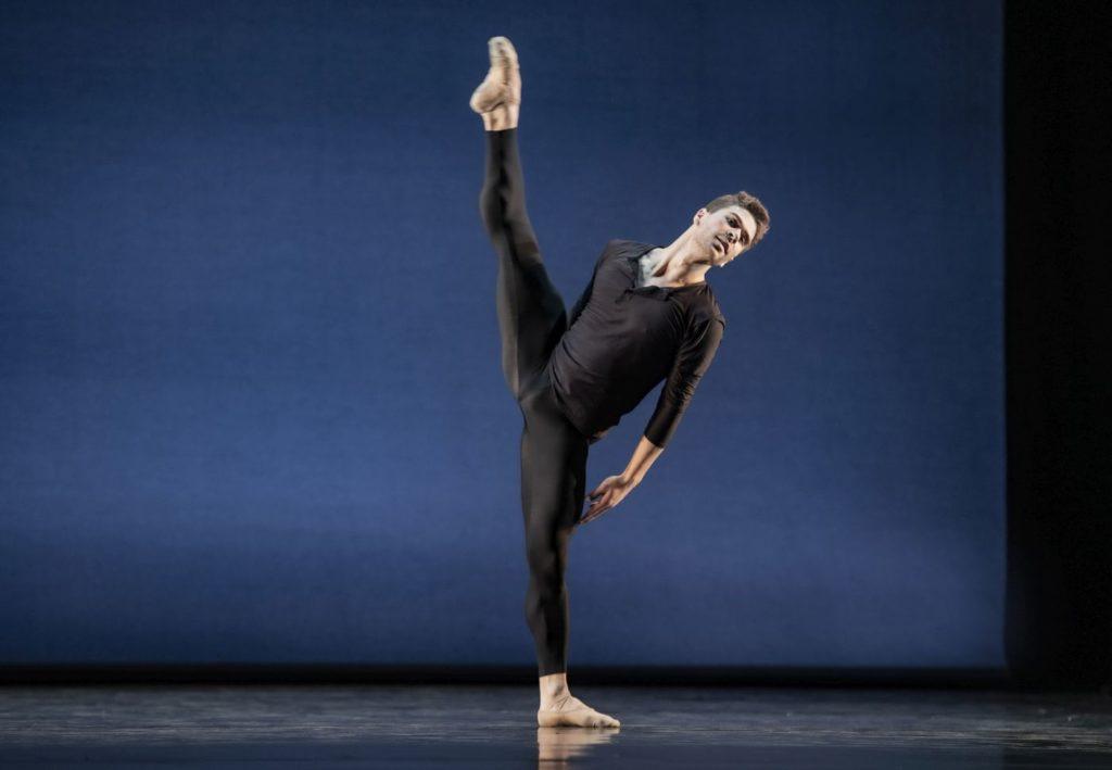 "6. G.Carvalho, ""Come In"" by A.Barton, Ballett am Rhein 2021 © B.Stöß"