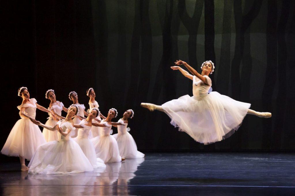 "5. P.Souza and ensemble, ""Les Sylphides"" by A.Botafogo after M.Fokin, São Paulo Dance Company 2021 © F.Kirmayr"