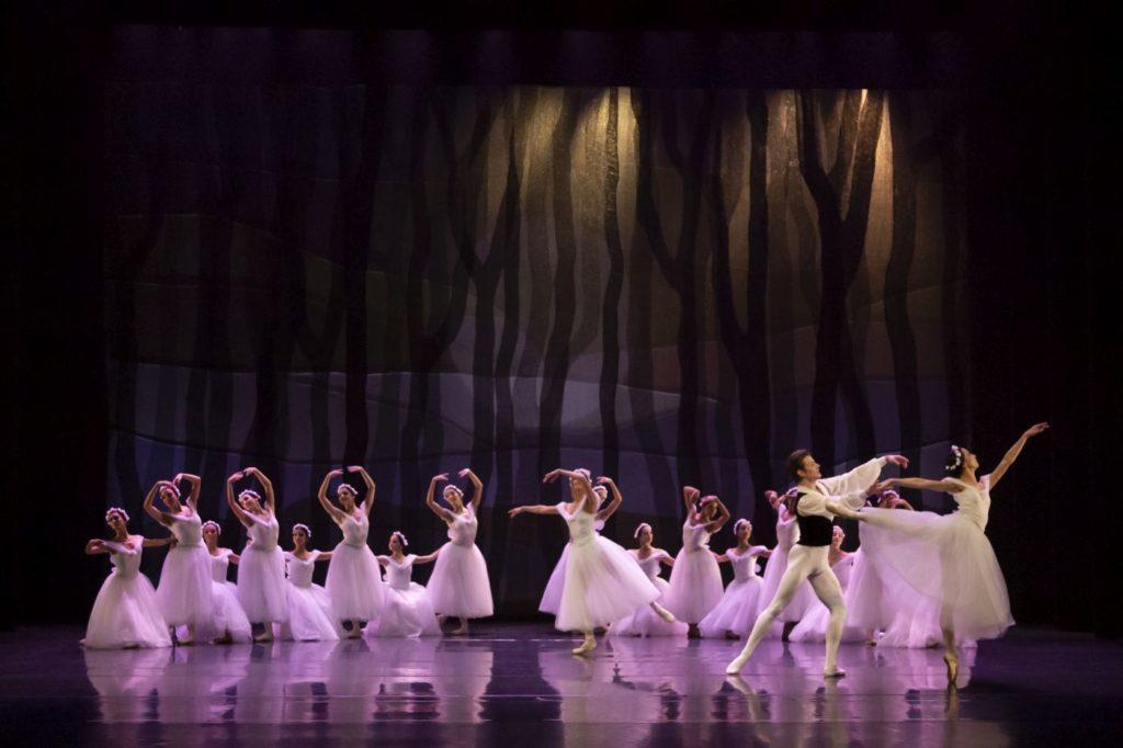 "8. V.Vieira, L.Yuk, and ensemble, ""Les Sylphides"" by A.Botafogo after M.Fokin, São Paulo Dance Company 2021 © F.Kirmayr"