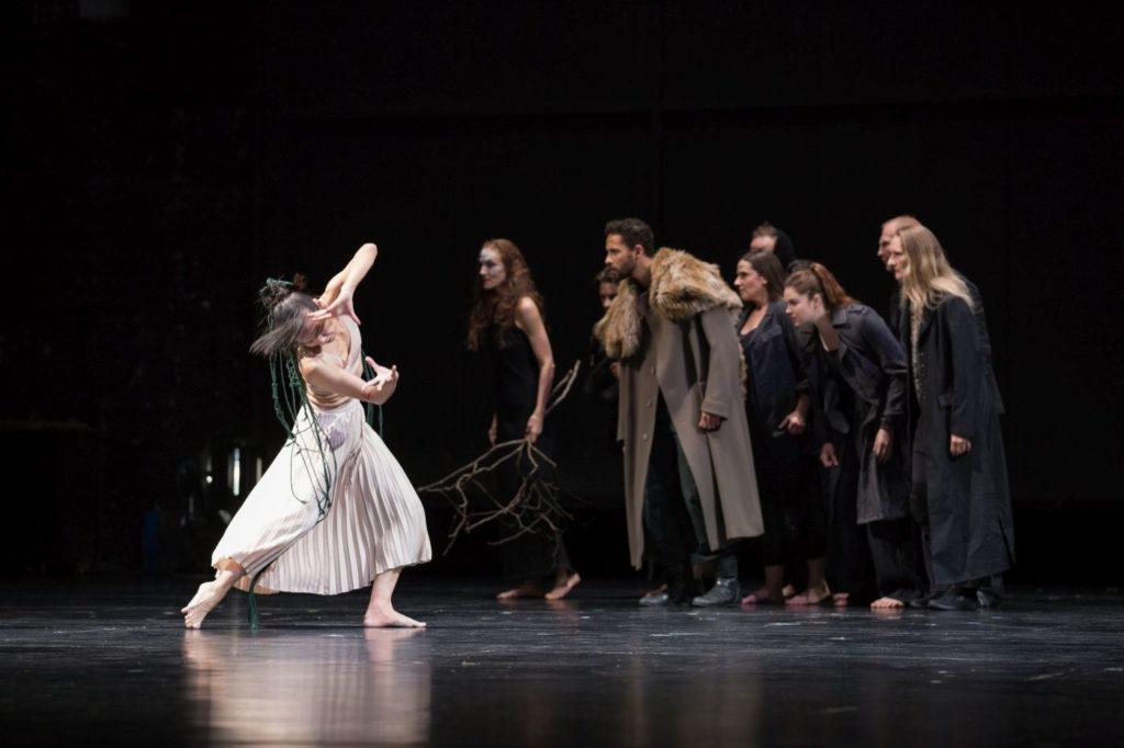 "1. T.-C.Yu and ensemble, ""Sleeping Woman"" by R.Behr, Tanztheater Wuppertal Pina Bausch 2021 © E.Rodoulis"