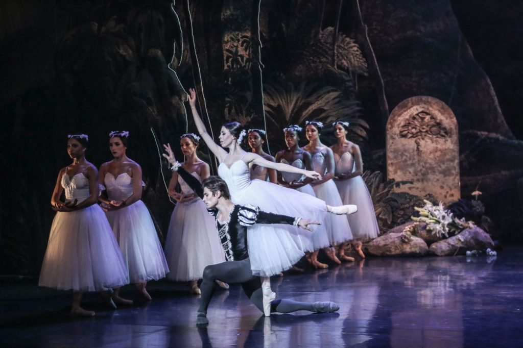 """6. V.Vieira (Duke Albrecht), C.Pegurelli (Giselle), and ensemble, """"Giselle"""" by L.van Cauwenbergh after J.Coralli and J.Perrot, São Paulo Dance Company 2021 © C.Lima"""