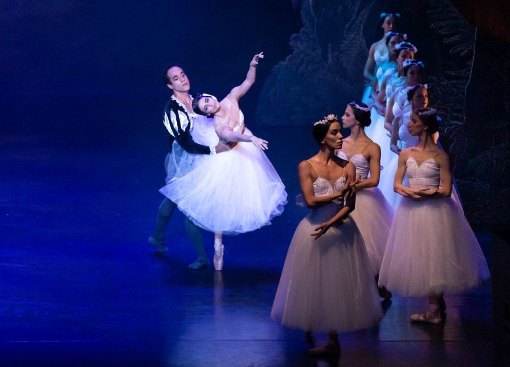"13. T.Prata (Giselle), G.Moreira (Duke Albrecht), L.Davi (Myrtha), and ensemble, ""Giselle"" by L.van Cauwenbergh after J.Coralli and J.Perrot, São Paulo Dance Company 2021 © F.Kirmayr"