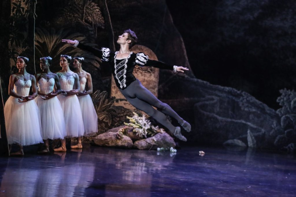 """7. V.Vieira (Duke Albrecht) and ensemble, """"Giselle"""" by L.van Cauwenbergh after J.Coralli and J.Perrot, São Paulo Dance Company 2021 © C.Lima"""